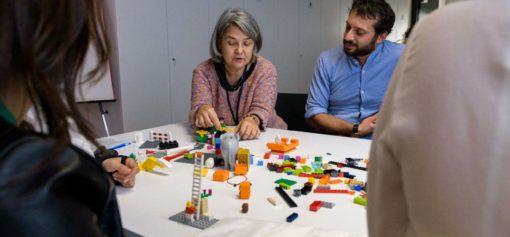 Due persone con i lego